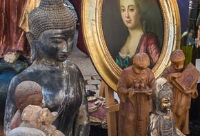 Kunstfiguren und Gemälde auf dem Flohmarkt