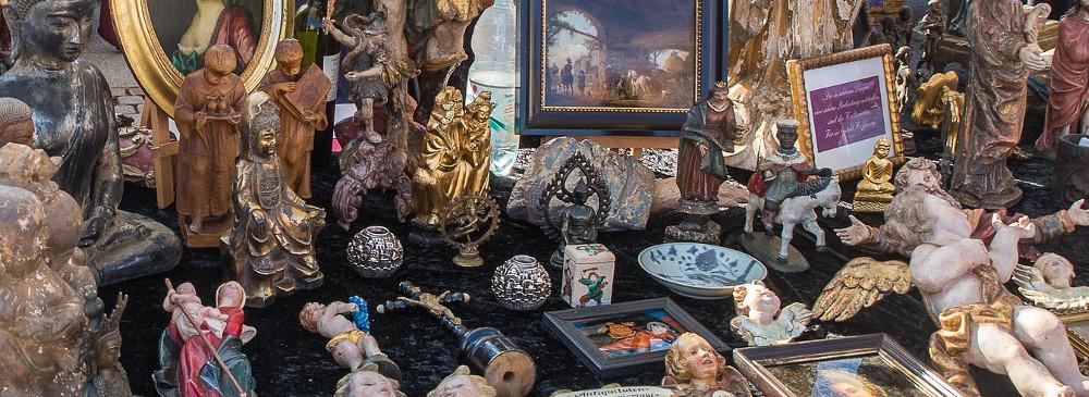 Kunstfiguren und Gemälde auf einem Berliner Flohmarkt